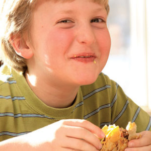 criança comendo
